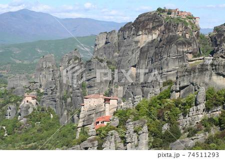 世界遺産メテオラの修道院が見渡せる景勝地 ギリシャ 74511293