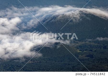 富士山山頂から見下ろす朝霧掛かる大室山と青木ヶ原樹海 74511842