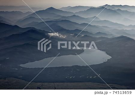 富士山山頂から俯瞰する山中湖と朝もやの山並み 74513659