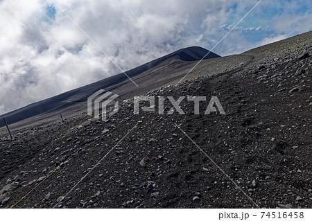 富士山・御殿場登山道から見る雲湧く宝永山 74516458