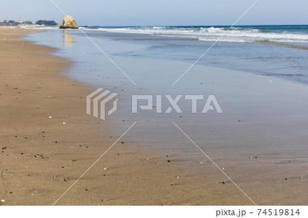 茨城県日立市 国分町の海岸の波打ち際 74519814