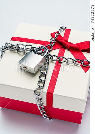 ギフトボックスと鎖に繋がれた南京錠 74522275