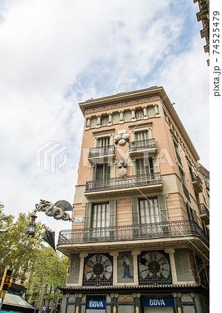 スペインバルセロナの街並み 龍と傘の飾りのついた歴史的な薄茶色の石造りの建物 74525479