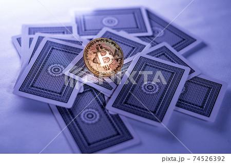 ビットコインと散らばったトランプカード 74526392