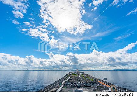 昼 夏 海 午前 海ほたる 千葉 高速道路 東京湾 海上 パーキングエリア 74529531