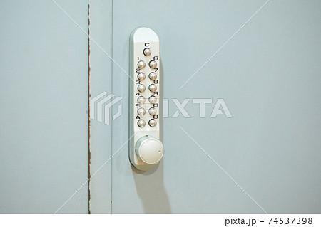 暗証番号押しボタン式の玄関用補助錠 74537398