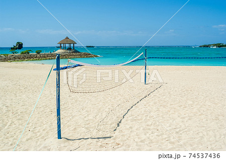 晴れた日の砂浜に立っているビーチバレー用のネット 74537436