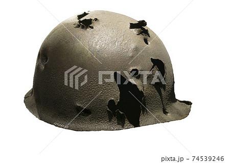오래된 전쟁에서의 구멍난 철모 74539246