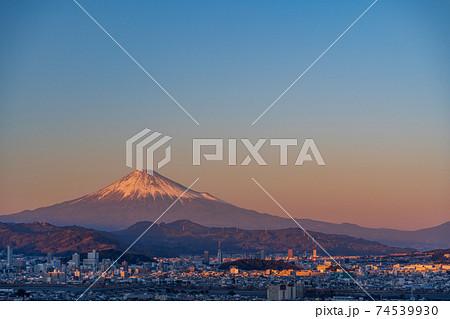 (静岡県)静岡市の街並みと富士山 夕景 74539930