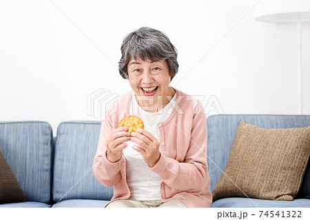 せんべいを食べるシニア女性 74541322
