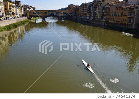 イタリアのフィレンツェ のヴェッキオ橋とアルノ川 74541374