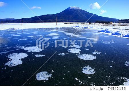 阿寒湖のアイスバブルと雄阿寒岳 74542156