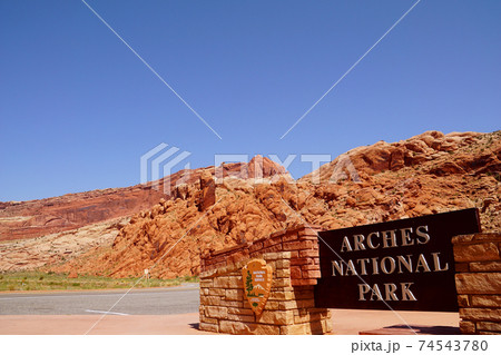 アーチーズ国立公園 入り口の標識 74543780