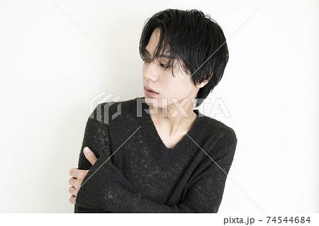若い男性のポートレート 74544684