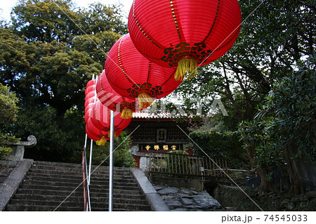 長崎ランタン祭りの提灯に彩られた崇福寺 74545033