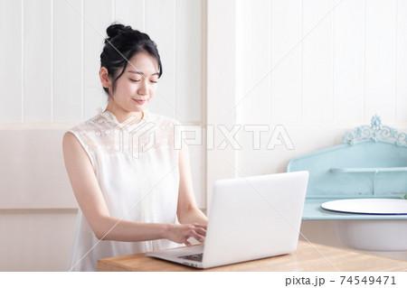テレワーク・リモートワーク ・ノートパソコンを使う女性 74549471