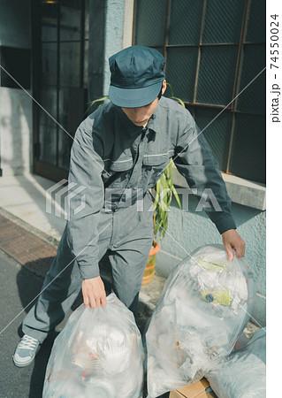 ゴミ回収業者 74550024