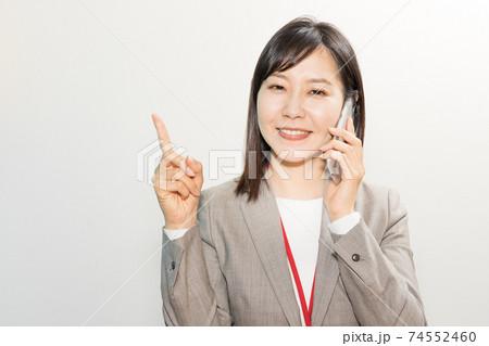 電話をしながらボディランゲージをする女性 74552460