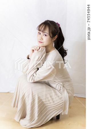 かわいい女子学生・若手OL ホワイトバックでのポージング 74554944