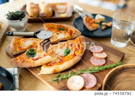 テーブルの上の料理 74556792