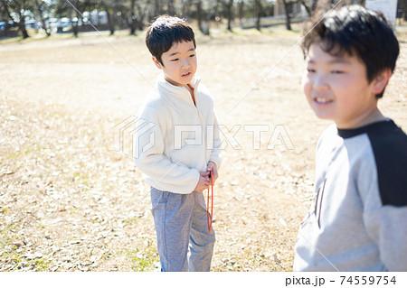 外で楽しく遊ぶ子供達 74559754