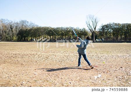 テニスの練習をする男の子 74559886