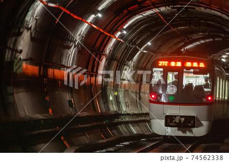 トンネルを走り抜ける都営地下鉄浅草線 74562338