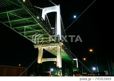 レインボーブリッジ芝浦側主塔と夜景 74563969