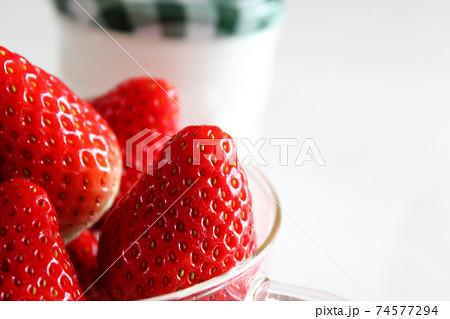 緑のギンガムチェックのジャム瓶とイチゴ(5) 74577294
