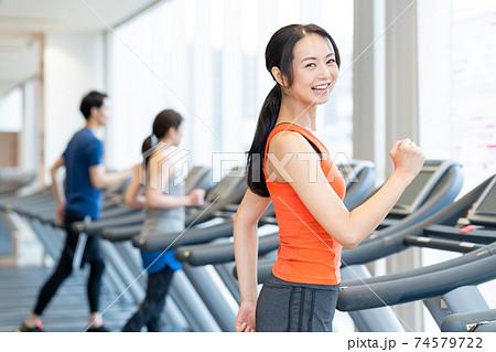 女性 フィットネス スポーツジム エクササイズ 74579722