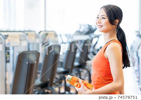 女性 フィットネス スポーツジム エクササイズ 74579751
