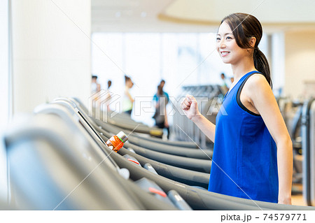 女性 フィットネス スポーツジム エクササイズ 74579771