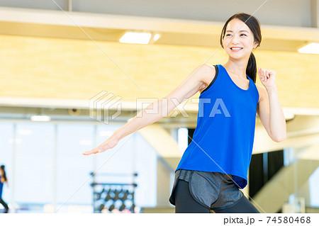 女性 フィットネス スポーツジム エクササイズ  74580468