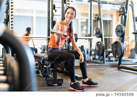 女性 フィットネス スポーツジム エクササイズ  74580509
