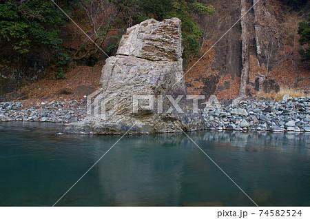 冬の早朝の道志川と飛び込み岩(野呂ロッジキャンプ場) 74582524