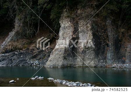 冬の早朝の道志川と地層(野呂ロッジキャンプ場) 74582525