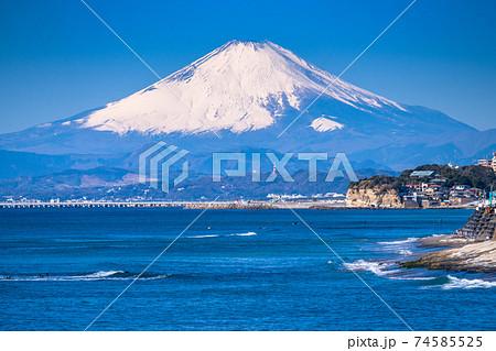 《神奈川県》湘南の海・富士山をのぞむ 74585525