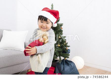 クリスマスプレゼントを貰って喜ぶ女の子 74586244