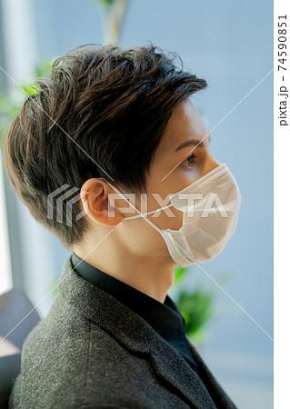 マスクをクロスさせる若手ビジネスマン 74590851