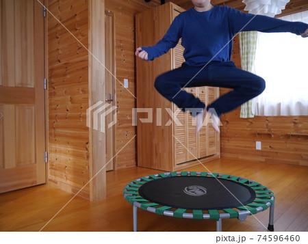 室内用トランポリンで運動する子ども(顔なし) 74596460