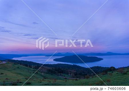 美幌峠から見下ろす大パノラマの屈斜路湖 74603606