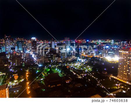 ビルの高層階から見下ろす東京の夜景レインボーブリッジお台場方面 74603638