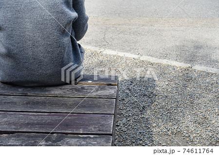 リストラされて公園のベンチで座って一日を過ごす男性のイメージ 74611764