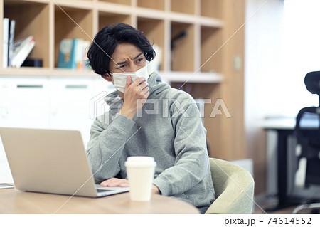 咳で周囲が気になる男性  74614552