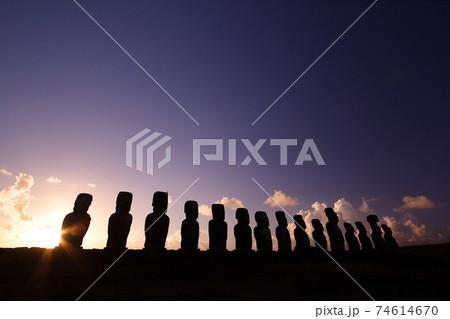 南太平洋のチリ領イースター島 15体のモアイが並ぶアフトンガリキの朝焼け 74614670