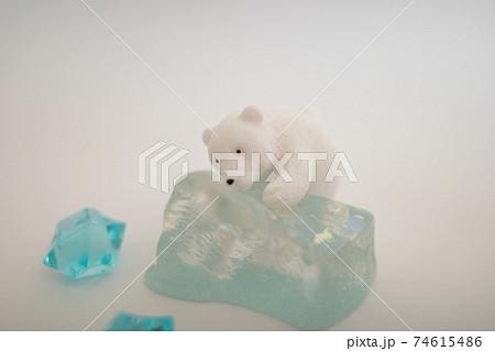 氷によじ登ろうとするシロクマの置物 74615486