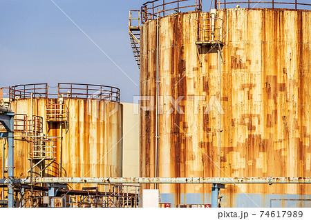 工場内にある表面が錆びた貯蔵タンク 74617989