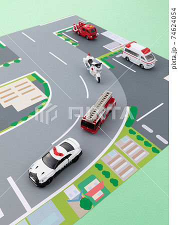 道路を走っている緊急車両のイメージ 74624054