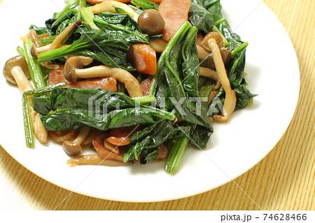 ほうれん草ときのこウィンナーソーセージの炒め物、白い丸皿盛り 74628466