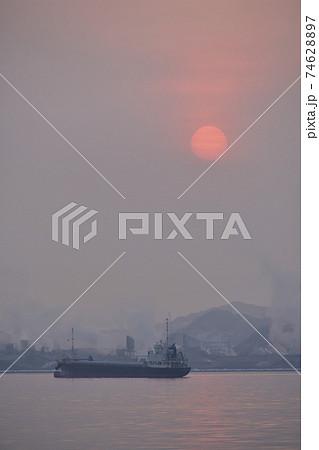 冬の北海道室蘭市室蘭港に停泊中の貨物船と日の出の風景を撮影 74628897